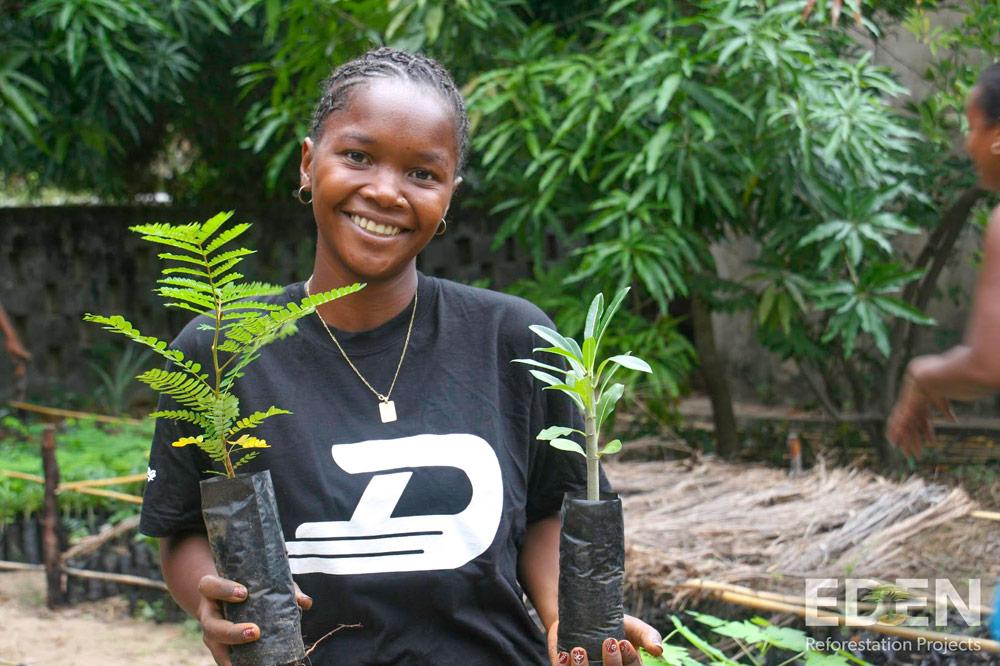 Eden-Madagascar_2013_Mamatiana-holding-seedlings